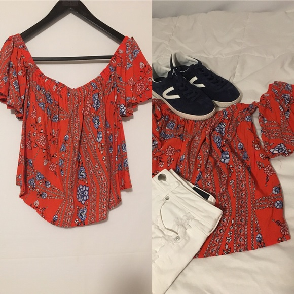 d03e2b0328e Jaase Tops - Jaase red and blue floral print top size small